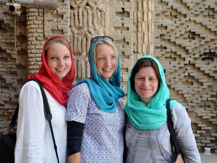 طريقة لبس السائحات الأجنبيات في ايران