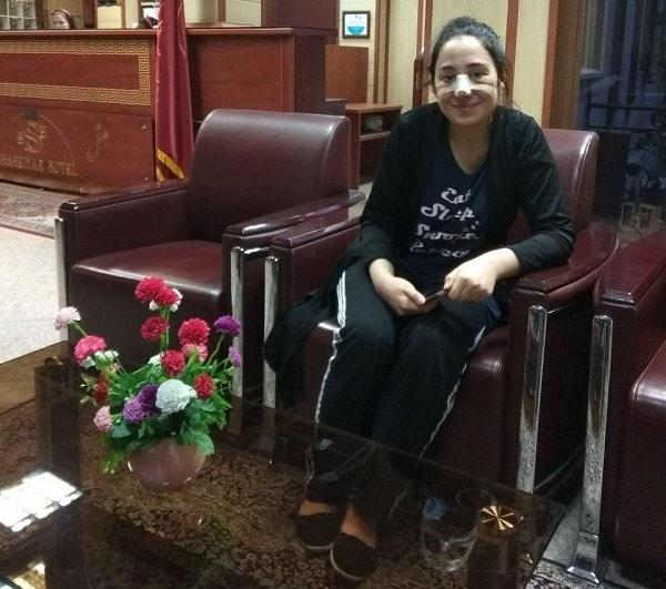 سائحة طبية اجنبية بملابس غير رسمية في بهو فندق في ايران