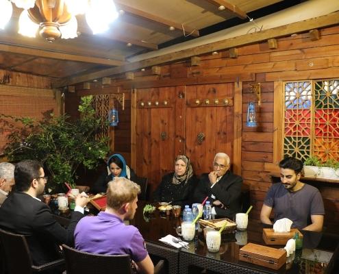 زوجان من العراق مع عدد من طاقم عمل شركة آريا مدتور على مائدة العشاء في ايران
