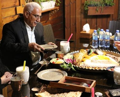 ضيفنا من العراق على مائدة أحد المطاعم الفخمة في ايران