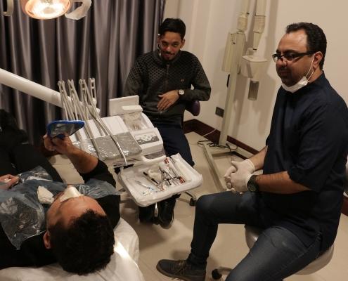 مريض من العراق يجري تجميل الاسنان في ايران