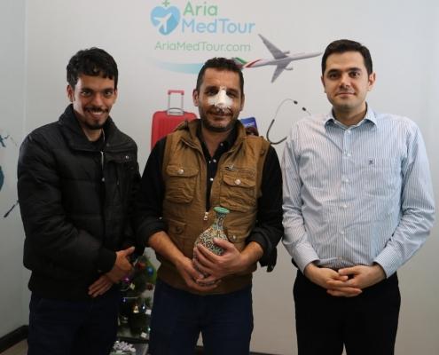 مريض من العراق يلتقط صورة تذكارية في شركة آريا مدتور