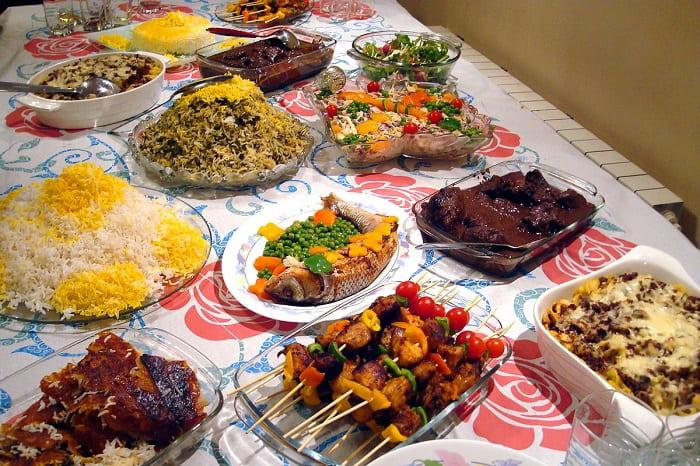 طاولة تحتوي أنواعاً مختلفة من الطعام الايراني