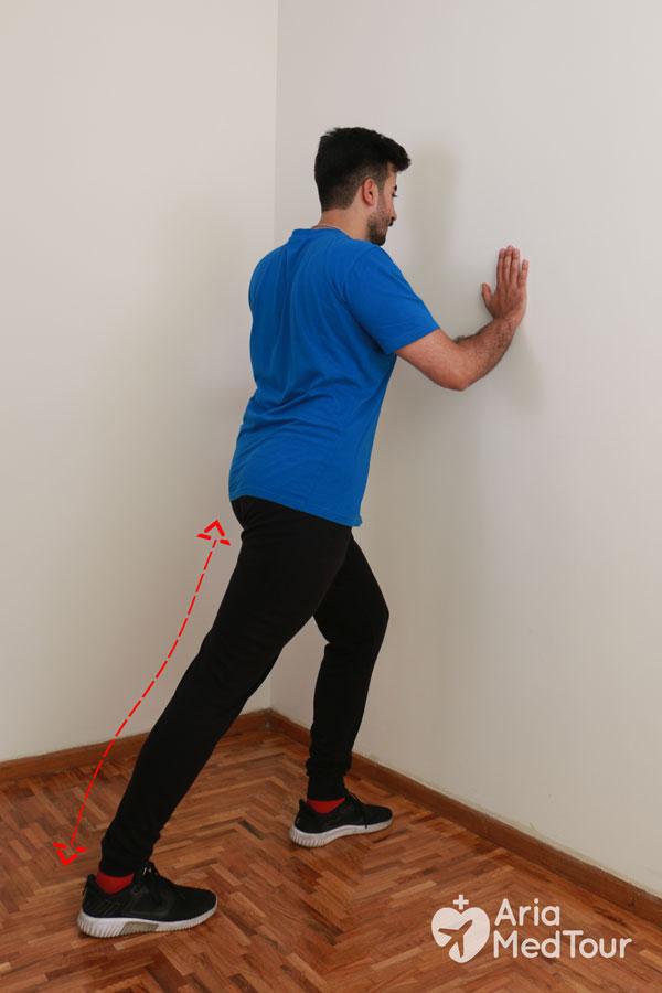 الضغط على الحائط من التمارين لتخفيف ألم الركبة