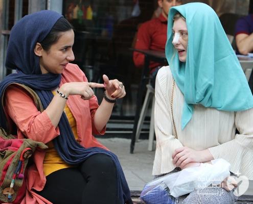 ايميلي من استراليا ومترجمتها اثناء رحلتها إلى ايران لإجراء تجميل الانف