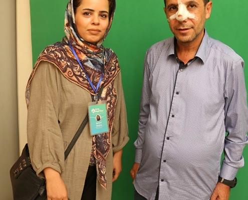مهدي كاظم من العراق مع مترجمته بعد عملية تجميل الانف في ايران