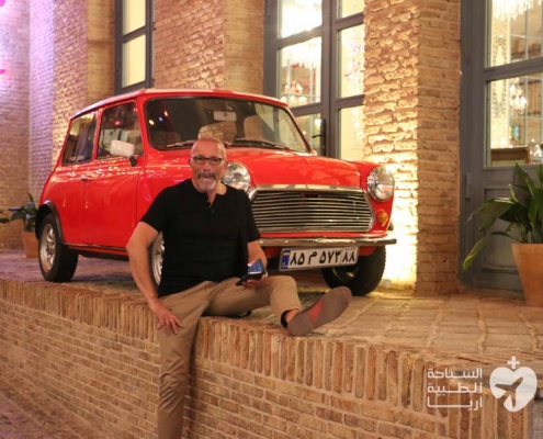 رجل من سويسرا في رحلة سياحة طبية في ايران