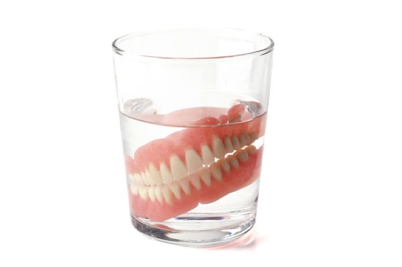 العناية بطقم الاسنان بوضعه في الماء عند نوعه