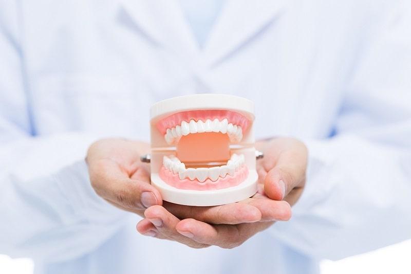 كيفية العناية بطقم الاسنان