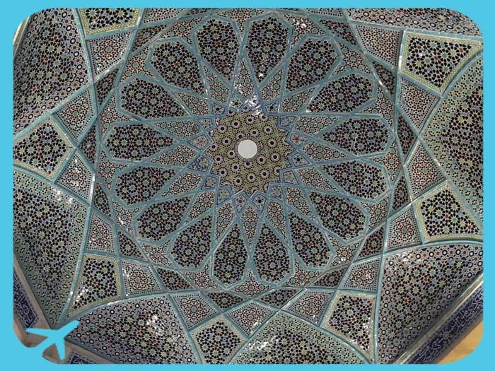 التزيينات الداخلية لقبة ضريح حافظ شيرازي في شيراز