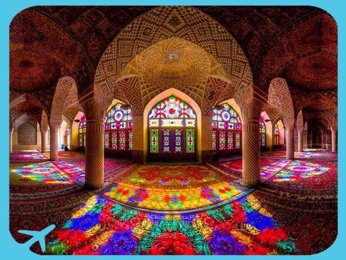 تمازج الضوء مع السجاد في جامع ناصر الملك في شيراز