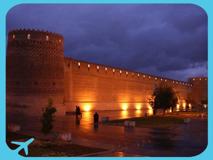 صورة ليلية لسور قلعة كريم خان في شيراز