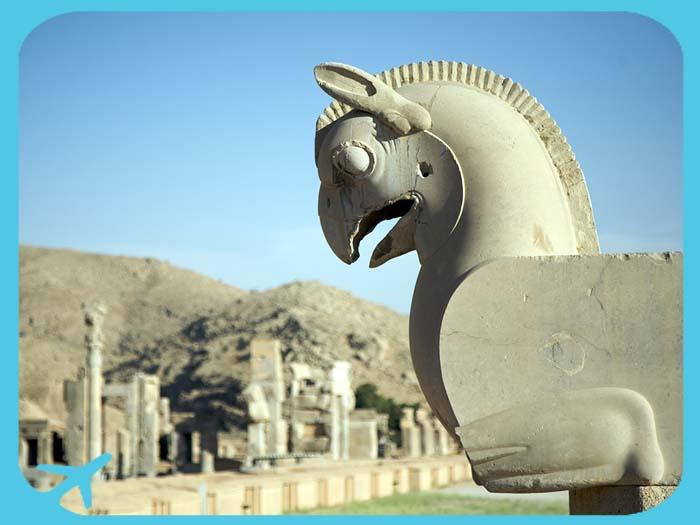 أحد التماثيل الجميلة مع إطلالة على آثار برسبوليس في شيراز