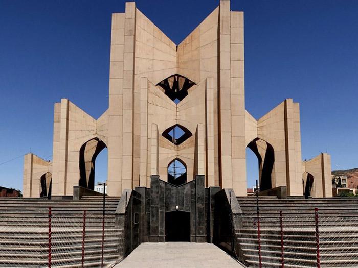 ضريح الشعراء أحد المواقع السياحية البارزة في تبريز