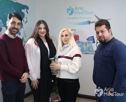 السي دقاق ووالدتها في شركة آريا مدتور بعد إجراء عملية انقاص الوزن في ايران