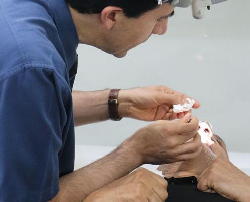رجل من العراق في عيادة جراح الانف في ايران بعد عملية الانف