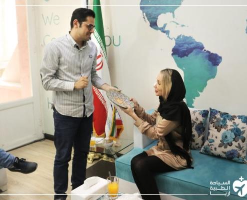 ألكساندرا من أستراليا تتلقى هدية تذكارية بعد انتهاء عملية تجميل الانف التي أجرتها في ايران