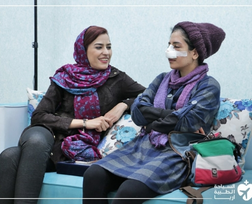 فتاة عراقية مع مترجمتها أثناء خوض تجربة عملية تجميل الانف في ايران