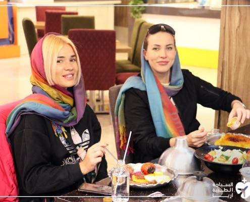 آنا وصديقتها في ايران لإجراء تجميل الانف