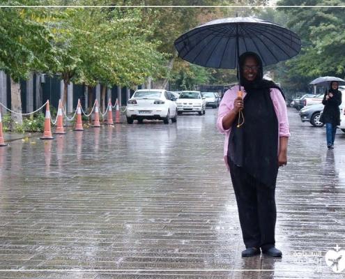 ليشا في أحد شوارع طهران أثناء رحلتها لإجراء تكميم المعدة في ايران