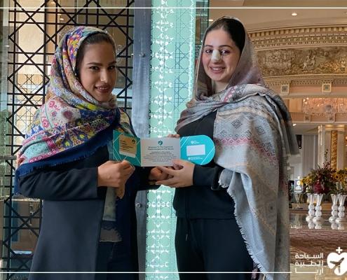 ماجدة تتلقى هدية تذكارية أثناء رحلة عملية ترميم الانف في ايران مع آريا مدتور