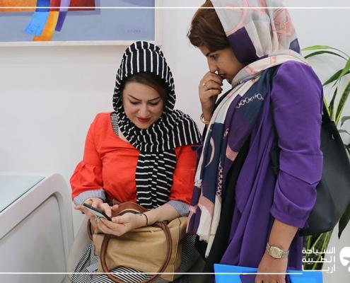 مريضة عراقية مع مترجمتها في عيادة جراح التجميل في طهران
