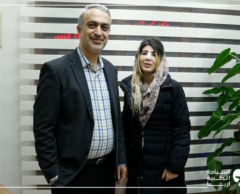 مريضة من ألمانيا تلتقط صورة مع جراحها لتجميل الانف في ايران