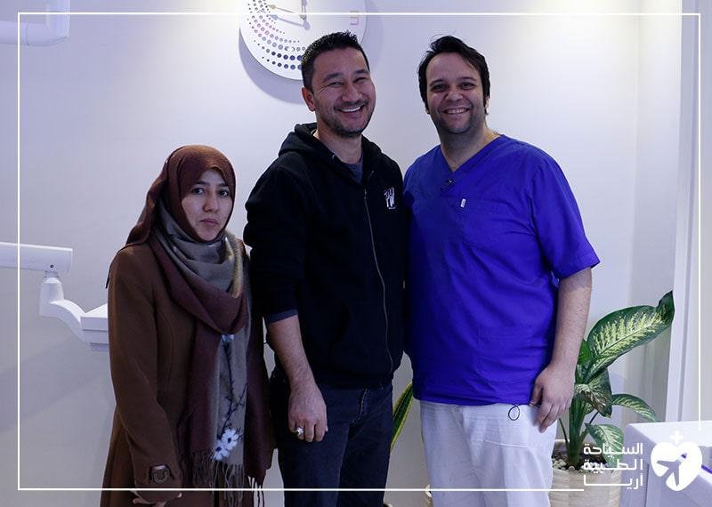 زوجان من أستراليا مع طبيب أسنانهما في ايران