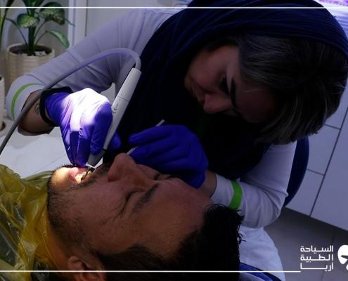 أثناء تجربة زراعة الاسنان في ايران