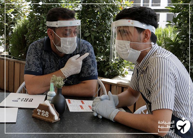مريض من العراق مع مساعده من آريا مدتور في ايران أثناء وباء كورونا