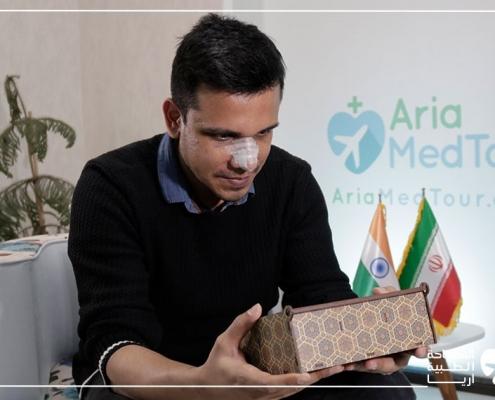 مريض ألماني هندي يتلقى هدية تذكارية من آريا مدتور بعد عملية تجميل الانف في ايران