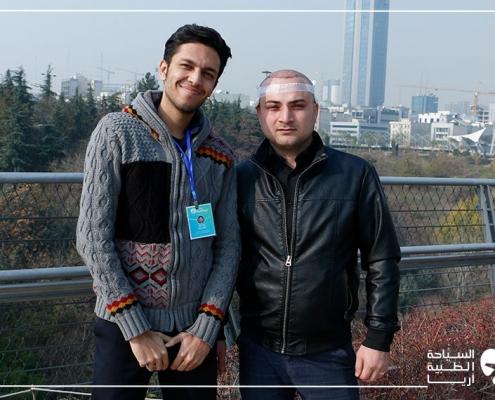 مريض أذربيجاني مع مساعده أثناء رحلة زراعة الشعر في ايران