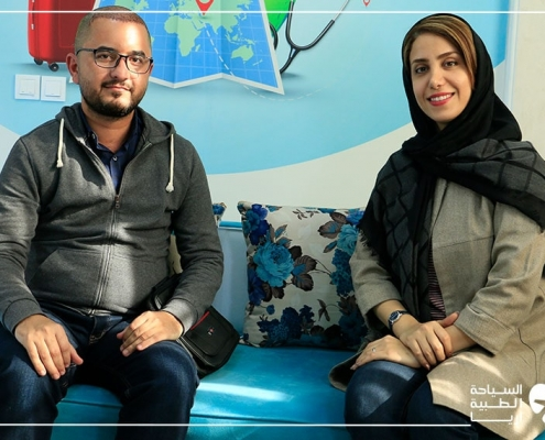 مريض من العراق مع مترجمته أثناء رحلة زراعة الشعر في ايران