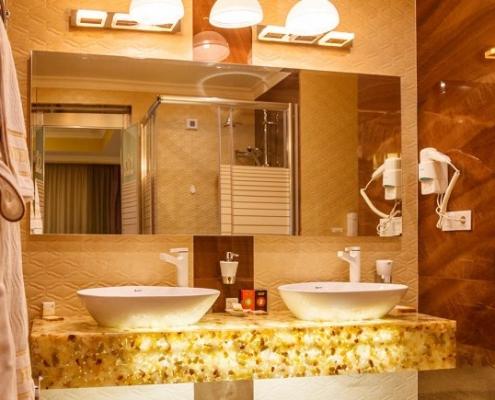 حمامات غرف فندق نيلو في طهران