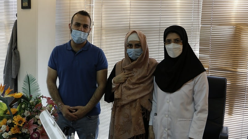 الدكتورة معصومة سعيدي و أحد مرضاها في مكتبها