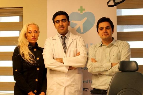 گردشگر استرالیایی در کنار پزشک متخصص ایرانی