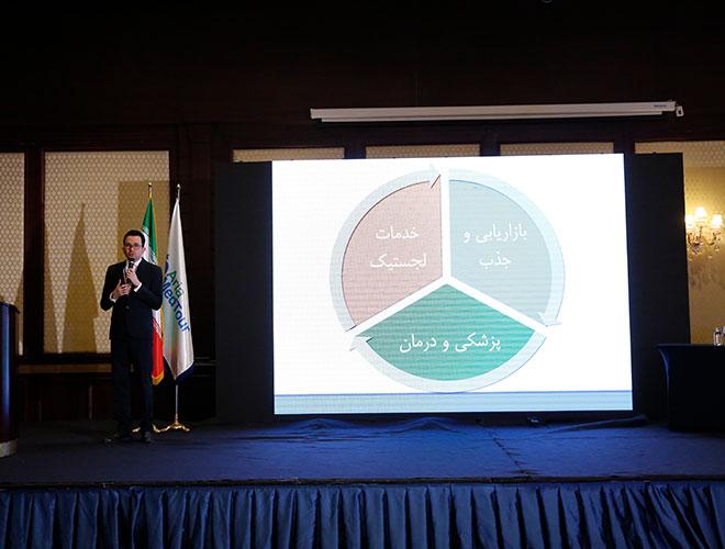 محمدهادی شجاری در حال ارائه گزارش در همایش گردشگری سلامت
