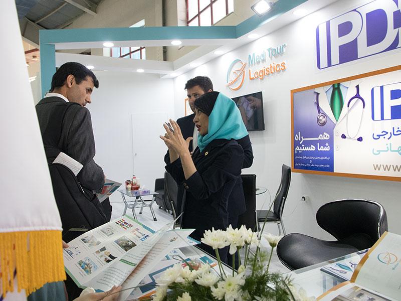 دوستان آریایی در حال توضیح دادن خدمات به بازدیدکنندگان