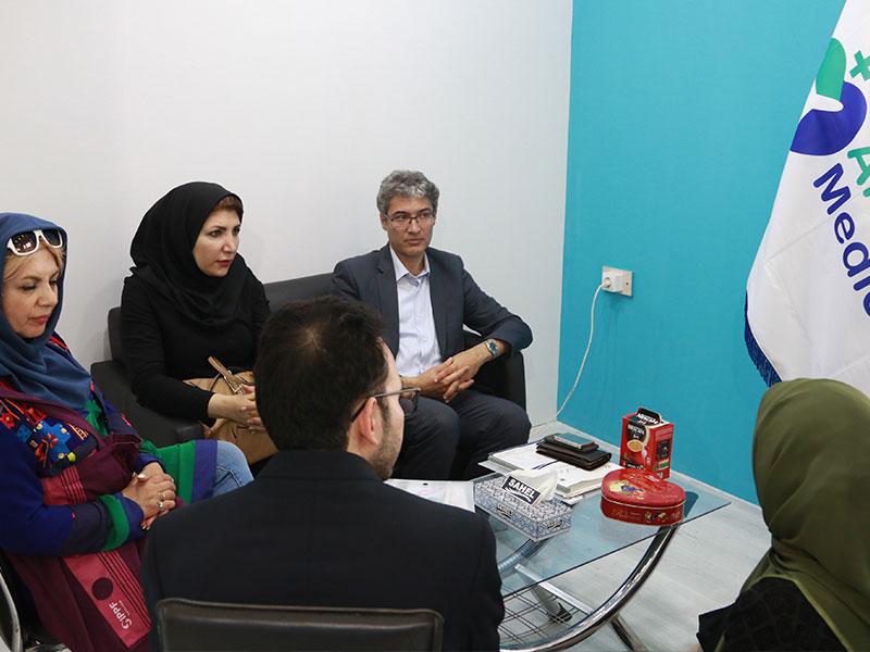 دکتر سعید هاشمزاده در حال گفتگو با هادی شجاری در غرفه آریامدتور