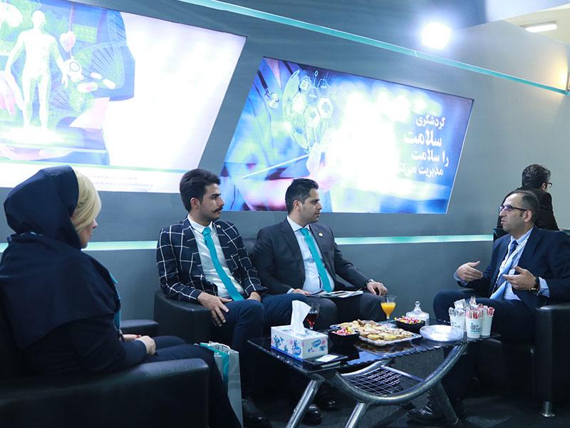 اعضای تیم شرکت تسهیلگر گشت سلامت آریا در حال مذاکره با مهمانان