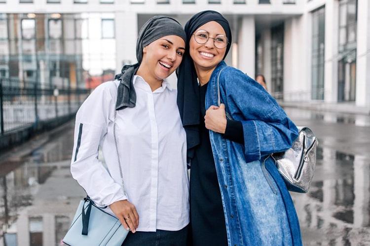 توریست های مسلمان در مالزی در حال گشت و گذار با حجاب اسلامی