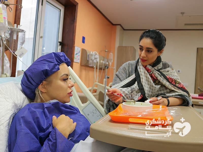 توریست سلامت و مترجم استارتاپ آریامدتور در یکی از بیمارستانهای ایران