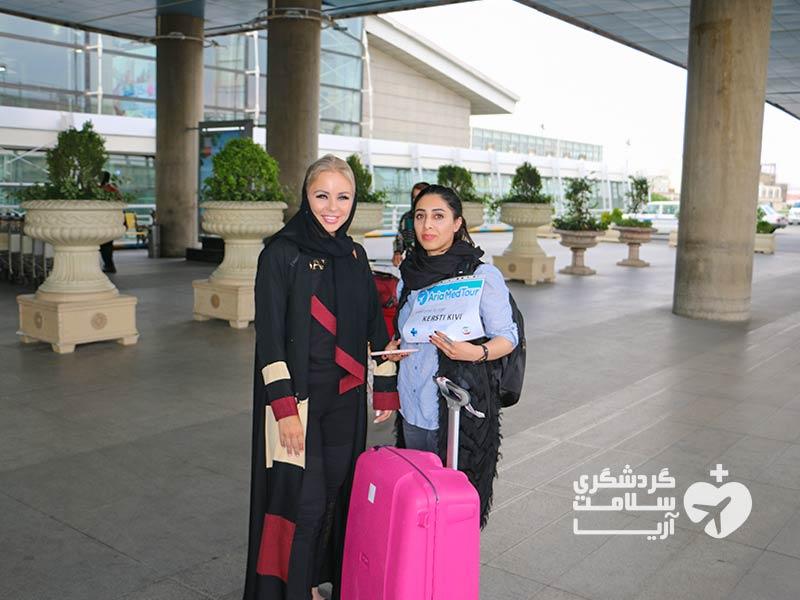توریست اروپایی و مترجم درمانی شرکت گردشگری سلامت آریا در فرودگاه امام خمینی