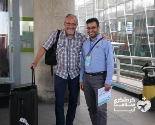 راهنمای شرکت مدیکال توریسم آریا به همراه توریست خارجی در فرودگاه بینالمللی امام خمینی