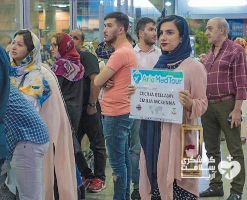 راهنمای استارتاپ مدیکال توریسم آریا در فرودگاه منتظر توریست خارجی