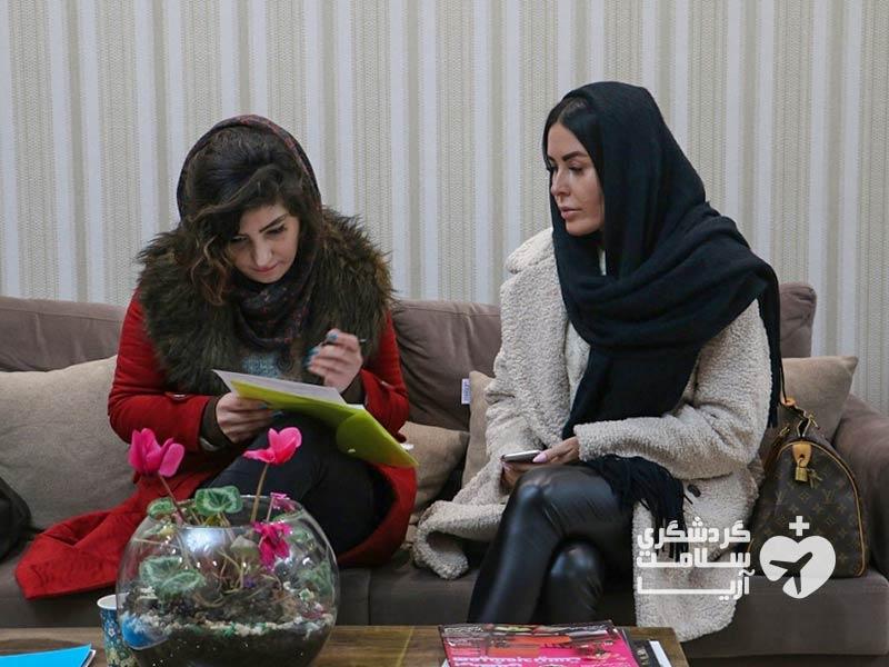بیمار خارجی و مترجم آریامدتور در مطب پزشک ایرانی در تهران