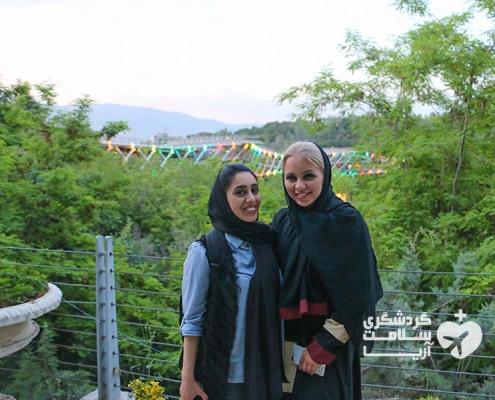 گردشگر اروپایی و راهنمای شرکت گشت سلامت آریا در تهران