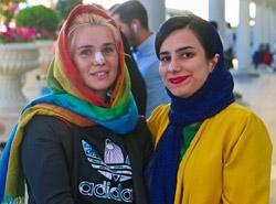 بیمار اروپایی که برای عمل بینی به ایران سفر کرده بود در کنار مترجم درمانی آریامدتور با رضایت و خوشحالی آخرین لحظات سفر خود را به یادگار ثبت میکند.