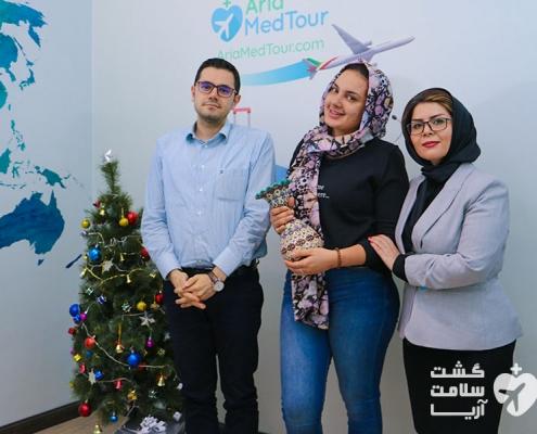 مدیر عامل شرکت آریامدتور و توریست خارجی به همراه مترجم درمانی شرکت در دفتر مرکزی