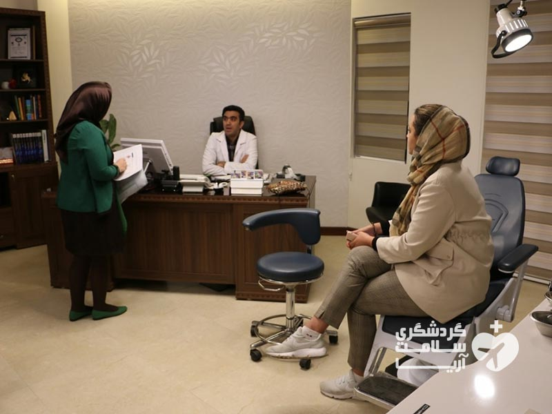 مترجم درمانی آریامدتور و گردشگر خارجی در مطب پزشک ایرانی برای عمل جراحی بینی
